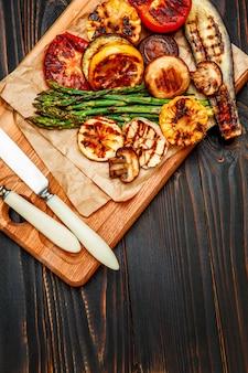 木製のテーブルで野菜のグリル
