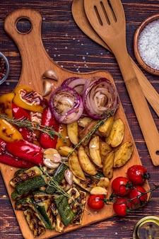 まな板で提供される野菜のグリル
