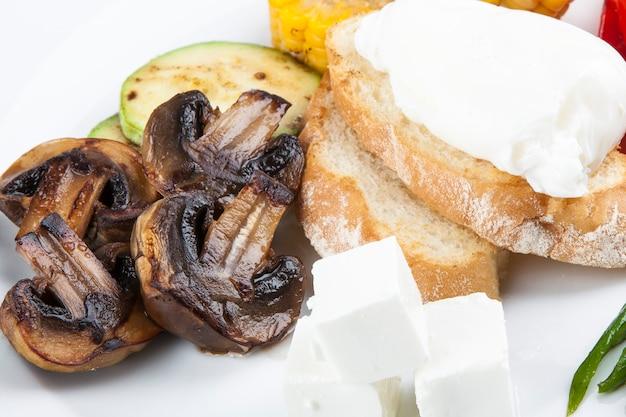 Овощи на гриле со спаржей и яйцом пашот