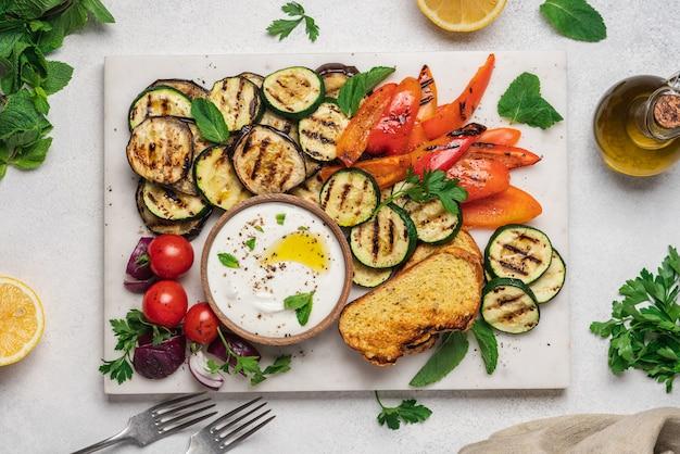 Овощи гриль с мятным йогуртовым соусом