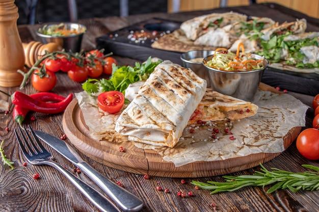 구운 야채 샤와 르마와 피타 빵, 레스토랑 요리, 클로즈업, 가로 방향