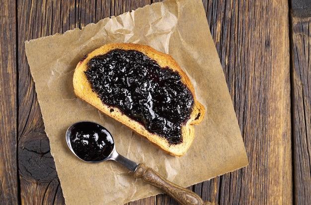 소박한 테이블에 블루베리 잼을 곁들인 구운 흰 빵, 위쪽 전망