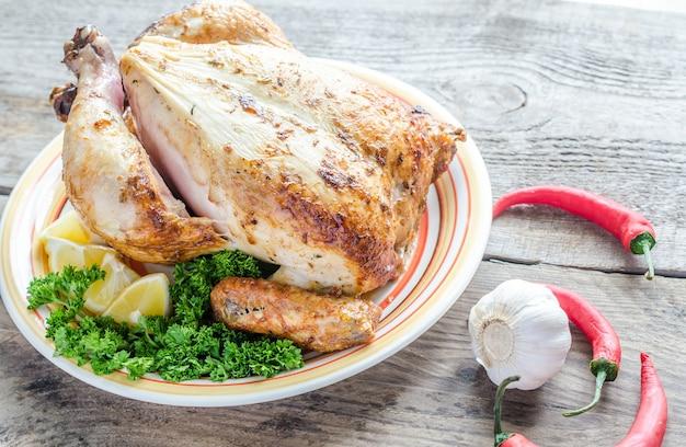 Цыпленок на гриле на деревянном столе