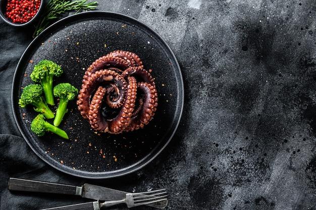 Осьминог на гриле с брокколи на тарелке