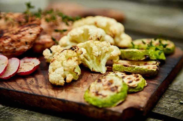 ズッキーニのグリルと木製の背景にカリフラワー野菜。
