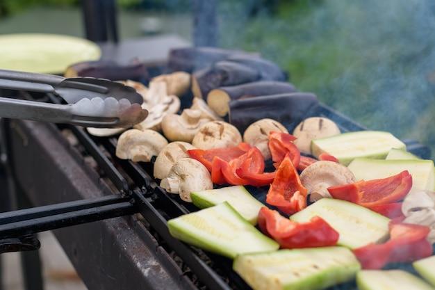 週末のグリル。新鮮な野菜をグリルで焼きます。