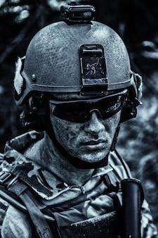 미 육군 레인저의 더럽고 피곤한 얼굴, 안경과 전투 헬멧을 쓴 어린 소년. 확대