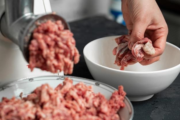 Измельченное мясо свежего сырого фарша и нарезанного мяса в белых стеклянных тарелках