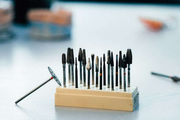 歯科技工士のための研削工具とドリル。