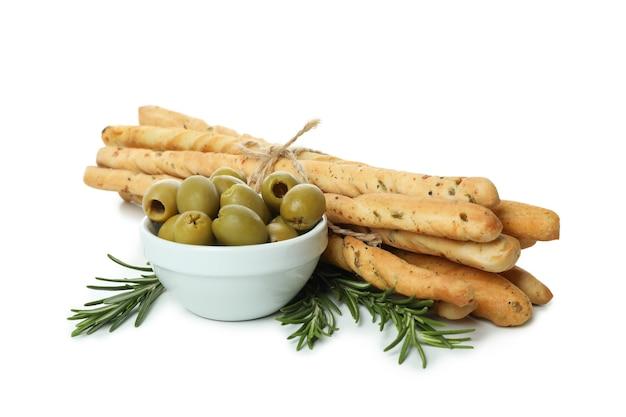Гриссини, оливки и розмарин, изолированные на белом фоне