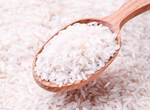 나무로되는 숟가락 클로즈업, 배경에서 쌀 가루