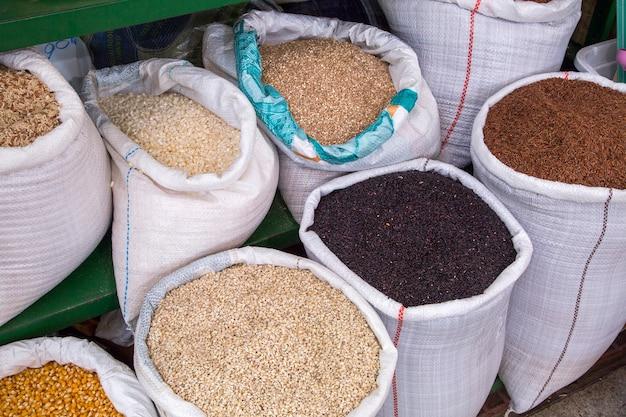 クリティバの市営市場で販売されている食料品。
