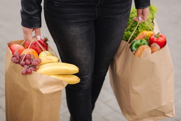 Продукты из супермаркета в эко-упаковке