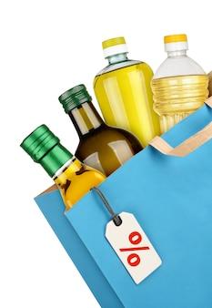 흰색 배경에 고립 된 기름 병 식료품 가방