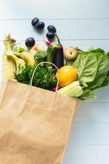 Продуктовый пакет с овощами и фруктами