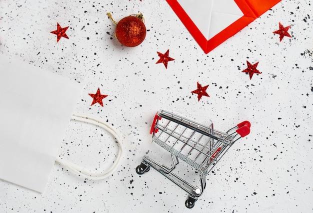 Продуктовая корзина с красными воздушными шарами