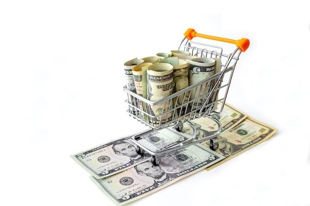 흰색에 고립 된 미국 지폐의 전체 식료품 카트. 금융 뉴스의 개념으로 사용할 수 있습니다.