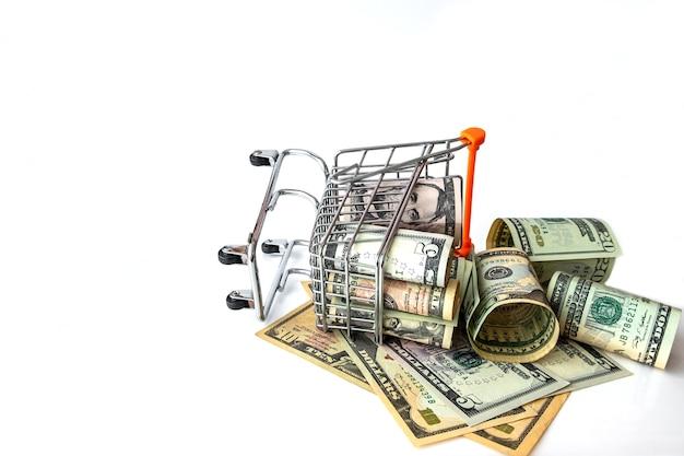 Продуктовая тележка полная с банкнот сша, изолированных на белом. понятие ссуды, инвестиций, пенсии, сбережений, финансирования, ипотеки, финансового кризиса или роста.