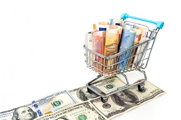 Тележка бакалеи при счеты евро изолированные на белизне. покупки, кредит, экономия денег, пенсия, инвестиции