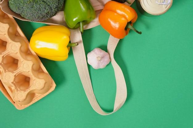 녹색 표면 상위 뷰 제로 폐기물 라이프 스타일 개념에 패브릭 에코 백에 식료품 식품