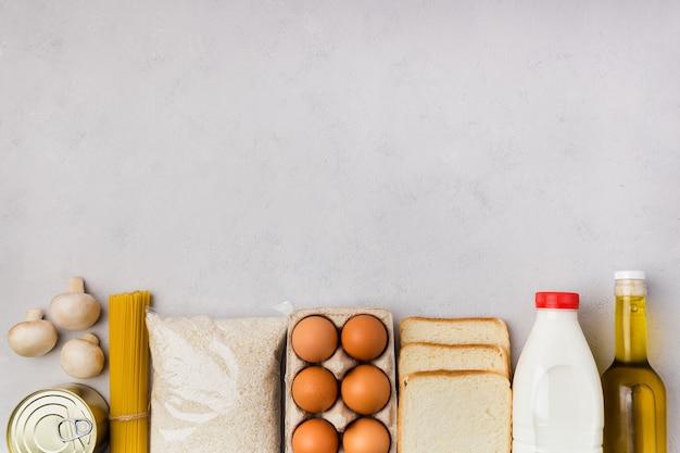 Плоские продуктовые товары лежали на сером бетонном фоне