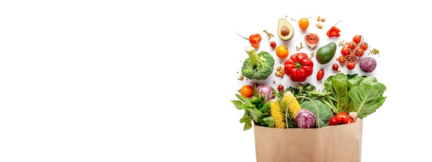 Пакет продуктов с овощами и хлопьями на белом.