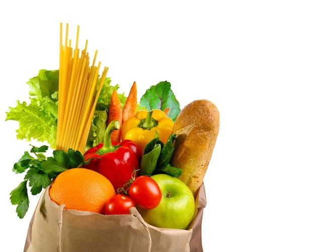 白い背景で隔離の新鮮で健康的な食品と食料品の紙袋