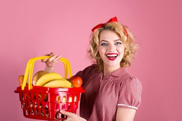 Закалывать продуктовый магазин женщина с корзиной покупок женщина на магазинной распродаже супермаркета скидка