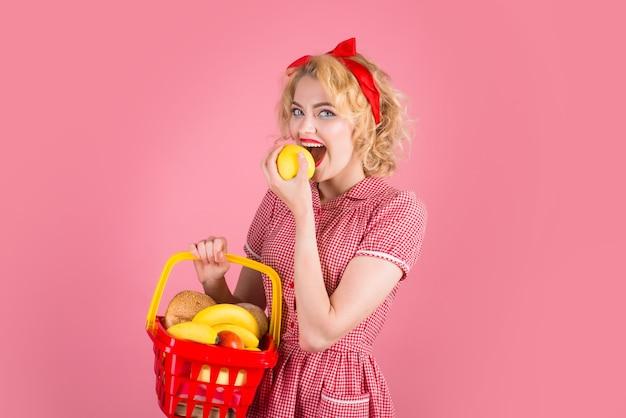 食料品は、ショッピングスーパーマーケットのショッピングセール割引購入でショッピングカートの女性と女性をピンで留めます