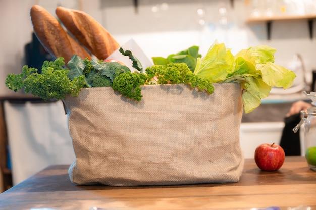紙袋の食料品、果物と野菜、vagan、vegatarian、環境にやさしい、木製のテーブルの上の健康食品、地球を救う、ライフスタイルのコンセプト。