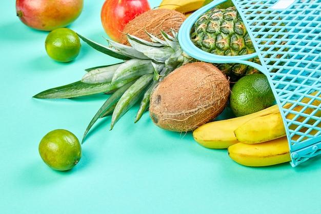Продуктовый магазин с органическими экзотическими фруктами.
