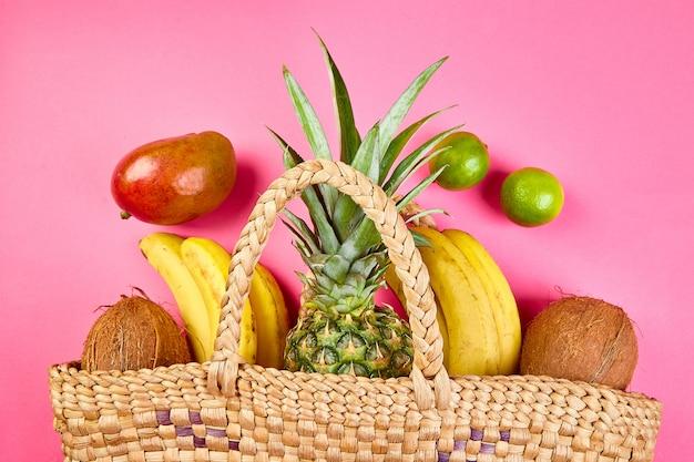 Продуктовый магазин бамбуковая сумка с органическими экзотическими фруктами.