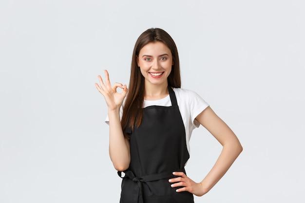 Работники продуктового магазина, малый бизнес и концепция кафе. веселый счастливый улыбающийся бариста говорит