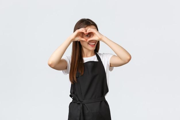Работники продуктового магазина, малый бизнес и концепция кафе. прекрасный дружелюбный бариста, приглашающий отведать новые напитки в кафе, показывает знак сердца, чтобы выразить любовь к посетителям.
