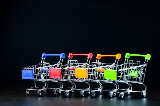 Реалистичная тележка для продуктового супермаркета, пустая тележка для покупок для покупателя, концепция консьюмеризма, концепция меньшее количество покупок причина поведения потребителей эффект интернет-покупок