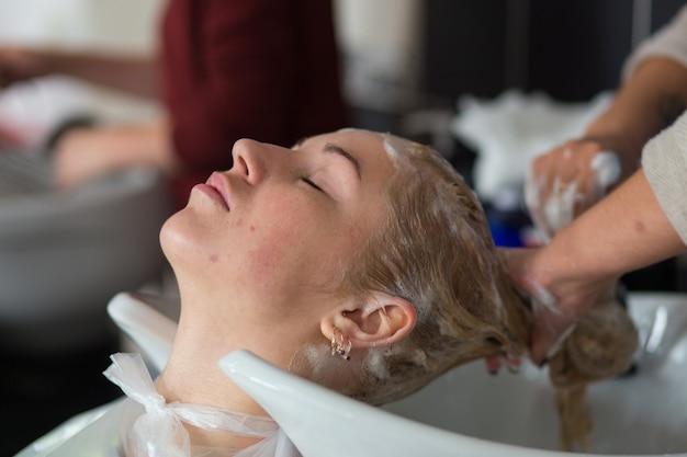 Гродно, беларусь - 20 октября 2016: участники семинара красят волосы модели на рекламном семинаре бренда keune в салоне красоты «колибри».