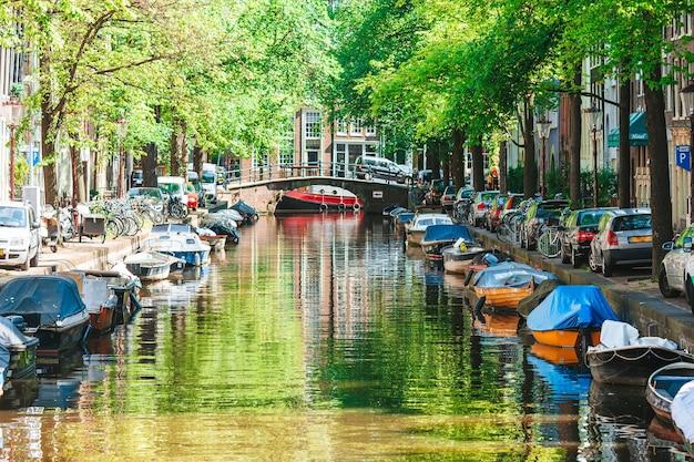 암스테르담, 네덜란드, 노 르트 홀란 트 지방의 오래 된 도시에서 groenburgwal 운하.