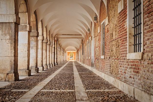 Aranjuez 궁전의 사타구니 금고 세부 사항은 마드리드의 스페인 서머 왕실 거주지였습니다.