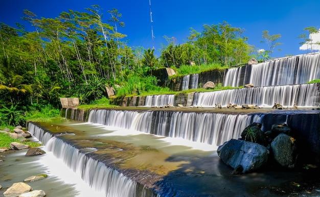Grojogan watu purbo는 다층 강 댐이며 족자카르타의 sleman에 위치한 관광지 중 하나입니다.