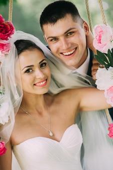 Жених и невеста на качелях