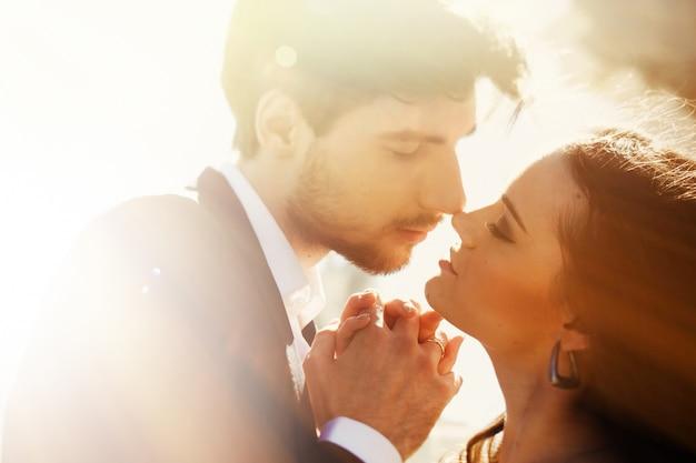 «жених и невеста касаются носов»