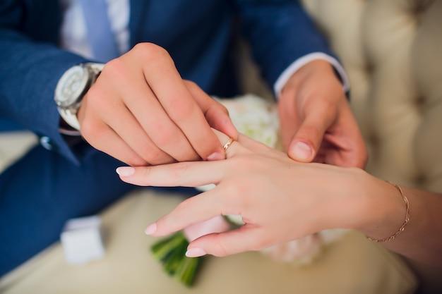 Руки жениха и невесты с кольцами, взглядом крупного плана.