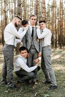 신랑과 그의 재미있는 친구 결혼식에 재미