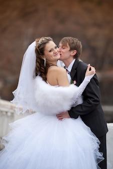 結婚式の日の散歩中に新郎と新婦 Premium写真