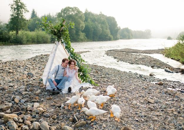 岸に座っている新郎と新婦