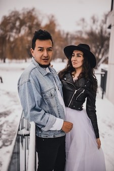 Жених невеста свадьба любовь пара в зимний снег. модная стильная вечеринка свадьба