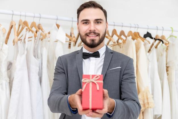 Жениха кавказской дарят настоящей невесте в свадебной студии.