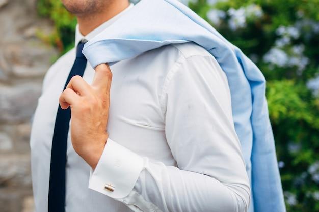 手の新郎のクローズアップ。モンテネグロでの結婚式