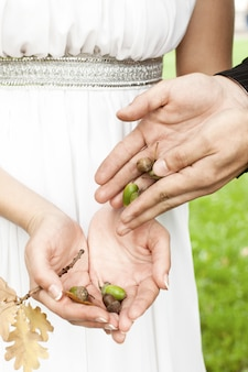Groom gives the bride the acorns