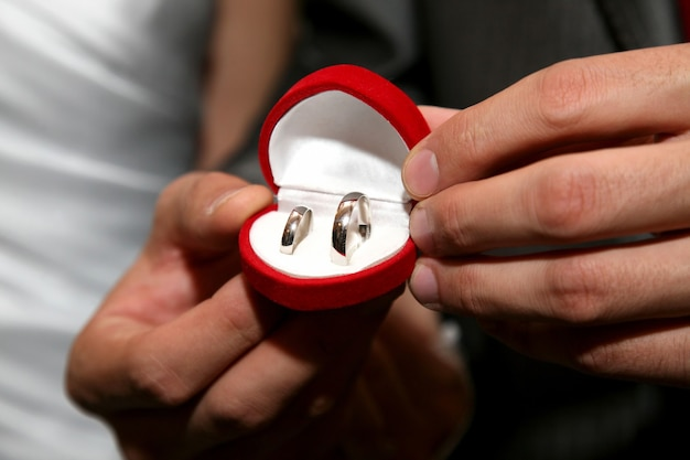신랑 보유 골드 결혼 반지와 함께 상자를 닫습니다.